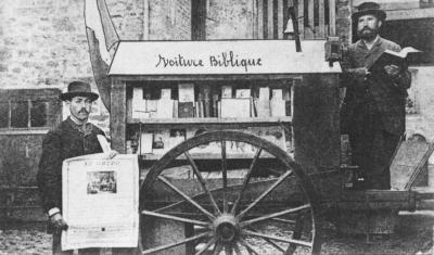 Le stand itinérant de la Mission Évangélique bretonne de Trémel, (dite voiture biblique N°2) financé par le Crystal Palace Bible Stand.