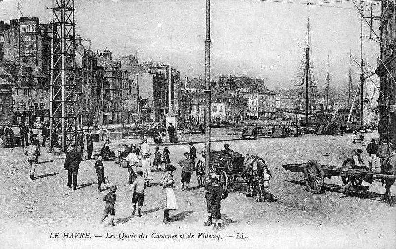 Une autre vue du Ruban Bleu : c'est l'immeuble étroit en blanc, de l'autre côté du Bassin du Roi, juste à droite de l'Arsenal du Havre (voir la vignette de localisation ci-dessous). L'ensemble urbain photographié ici au début du XXe siècle a été détruit par les bombardements de 1944.