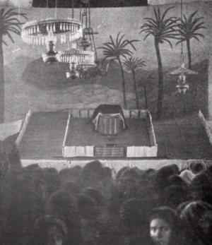 Lors d'une conférence de Joseph Dutton : le modèle réduit du Tabernacle du désert et l'assistance.