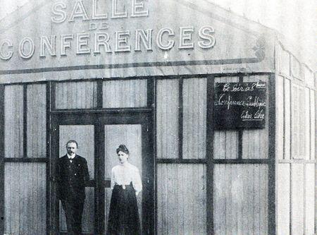 M. Néboit, colporteur, et son épouse, devant la semeuse. Cliché provenant des archives de la Mission Populaire Évangélique, publié dans la revue Présence, périodique de la MPE, 47, rue de Clichy, numéro spécial été 1985.