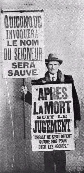 Edward Salwey portant ses panneaux bibliques vers 1920