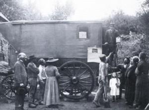 La première voiture de la Société de Neuchâtel, ici mise en scène en 1905, après avoir été rachetée par la Mission Évangélique Bretonne, de Trémel. Sur l'estrade, le colporteur Guillaume Le Quéré. A gauche de la photo, de profil, son père, François Le Quéré, fondateur de la Mission aux Bretons, du Havre.