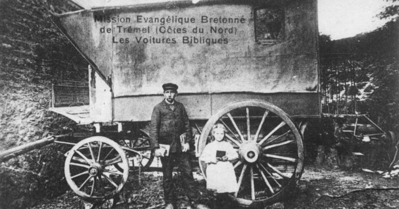 """La grande voiture Pointet, alors en service dans la Mission Évangélique bretonne. Devant le véhicule, le colporteur Guillaume le Quéré, dit """"Tonton Tom"""", neveu du pasteur Le Coat, et sa fille. Extrait d'une carte postale éditée vers 1905."""