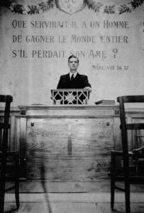 """André Privat, en chaire du """"Foyer de l'Âme"""" de la Fraternité de Nantes en 1941."""