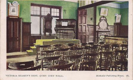 Un des sailor's homes de l'est londonien autrefois : la salle de réunions et le piano du Victorian seamen's rest
