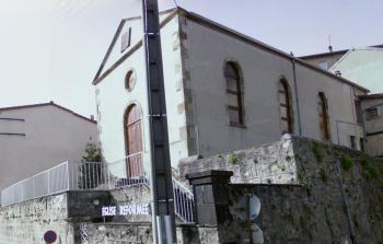 Le temple de Thiers, édifié en 1854. La réimplantation du protestantisme dans la région datait des années 1840, et avaient été conduite par la Société Évangélique de Genève, sous la direction de l'évangéliste Vaucher, dont Samuel Curchot avait été le collaborateur. C'est là que le colporteur était revenu mourir.
