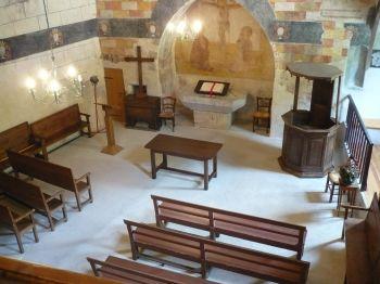Le temple de Pontaix (Drôme), un des plus anciens lieux de culte protestants de France. Ancienne chapelle castrale, devenue temple, elle est réaffectée au service des Églises réformées dès le début du XIXe siècle. A droite, la chaire à prêcher des temps du Désert.