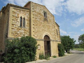 L'ancien temple à Aigaliers (Gard). Détruit par un incendie en 1930, il a été vendu, puis restauré et réaménagé en chambres d'hôtes (claire.lasserre.free.fr)