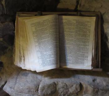 Bible ancienne dans un intérieur rustique cévenol (Musée du Désert)