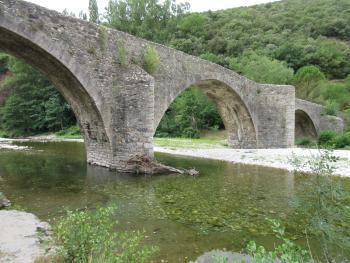 """Sur la route de Saint-Jean-du-Gard, le """"pont des Camisards""""."""